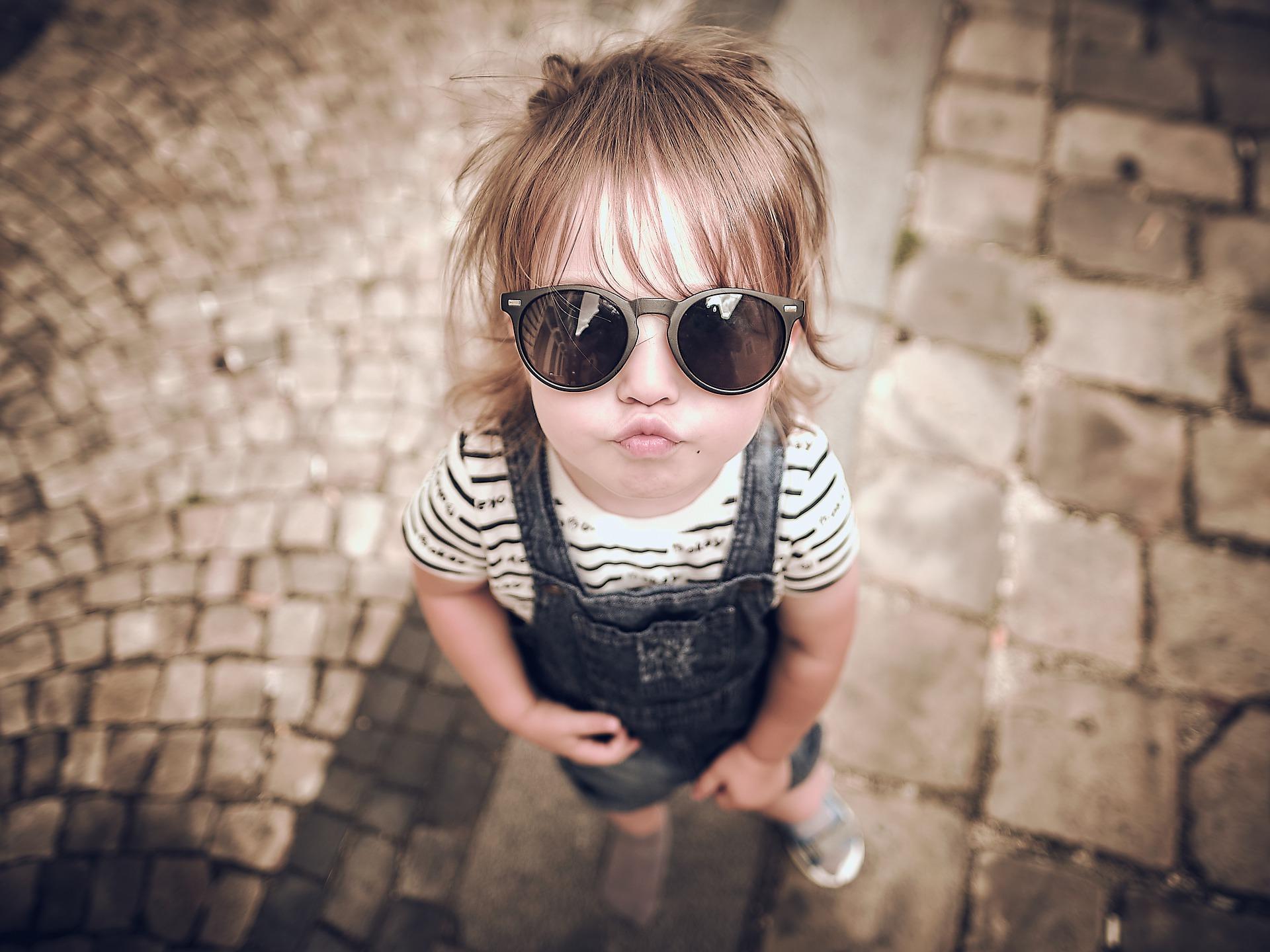 Premières lunettes de soleil de bébé : faites le bon choix