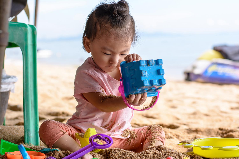 Plage : ne jamais laisser bébé tout nu sur le sable